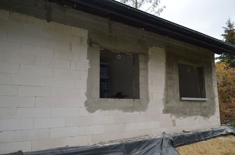 Ościeża okienne w murze konstrukcyjnym z betonu komórkowego przed montażem okien