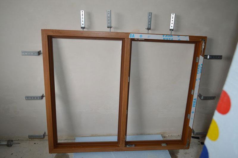 Rama ościeżnicy okna Vetrex V82 ProSafe z przytwierdzonymi konsolami kątowymi Knelsen FMW