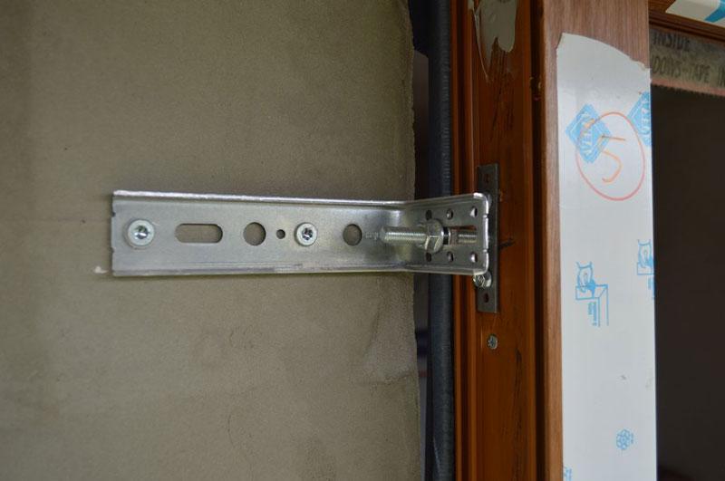 Mocowanie ramy ościeżnicy okna Vetrex V82 ProSafe do muru konstrukcyjnego przy użyciu konsoli kątowej Knelsen FMW