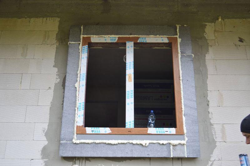 Okno Vetrex V82 ProSafe z wykonaną warstwą termoizolacyjną, zainstalowane w warstwie ocieplenia przy użyciu konsoli