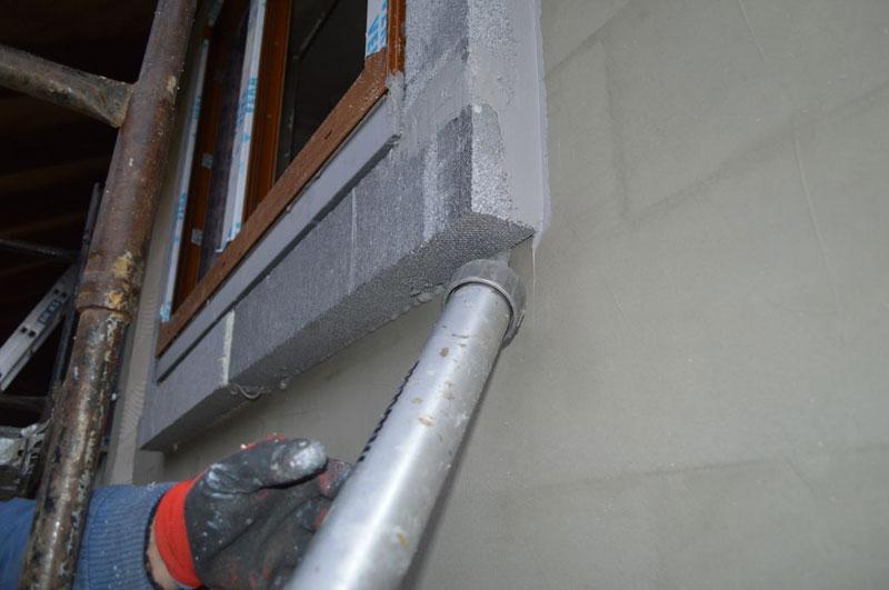 Uszczelnianie klejem hybrydowym styków połączeń elementów opaski XPS ze ścianą konstrukcyjną.