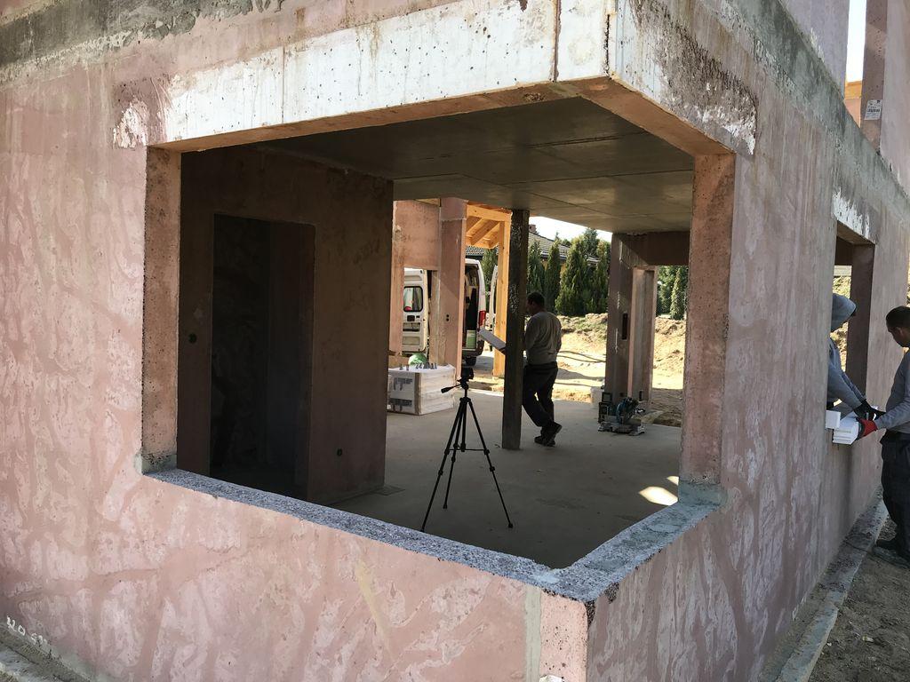 Ościeże okna narożnego w ścianie konstrukcyjnej z keramzybetonu widok od strony elewacji