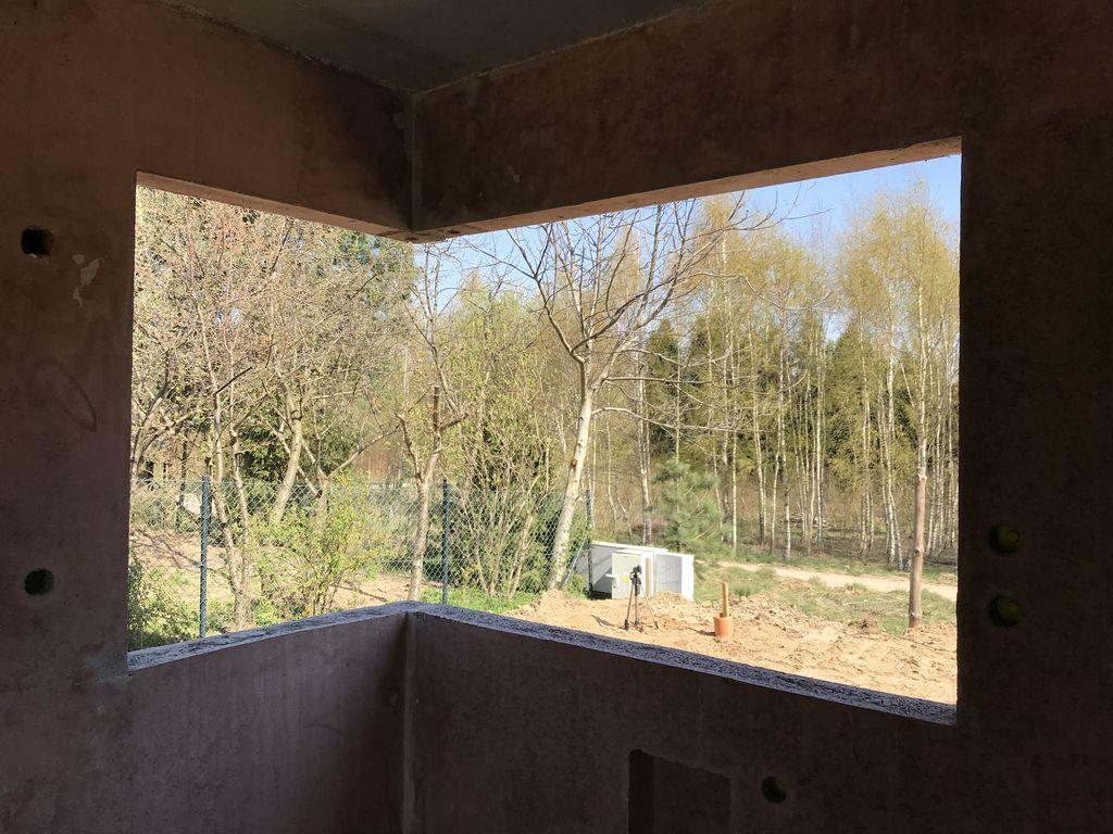 Ościeże okna narożnego w ścianie konstrukcyjnej z keramzybetonu widok od strony pomieszczenia