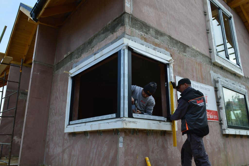 Montaż okna narożnego w ramie nośnej Ciepłej Belki Montażowej