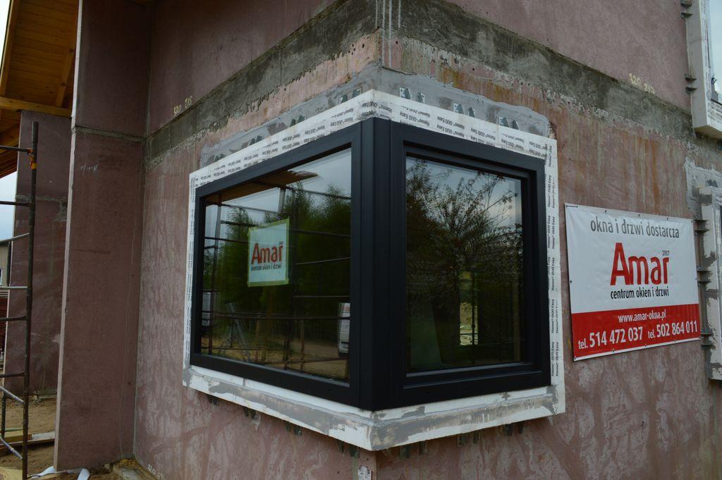 Okno narożne prawidłowo zamontowane w warstwie ocieplenia z wykorzystaniem systemu montażu CBM – widok od strony elewacji
