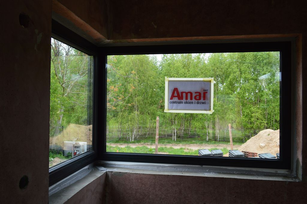Okno narożne prawidłowo zamontowane w warstwie ocieplenia z wykorzystaniem systemu montażu CBM – widok od strony pomieszczenia