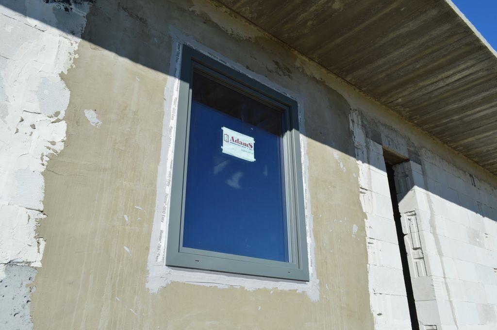 Okno AdamS Passiv Line Plus prawidłowo zamontowane w ościeżu muru konstrukcyjnego z betonu komórkowego