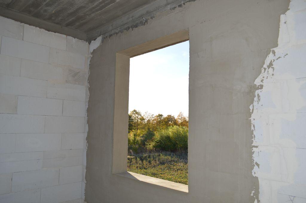 Ościeże okna w murze konstrukcyjnym z betonu komórkowego przygotowane do montażu okna