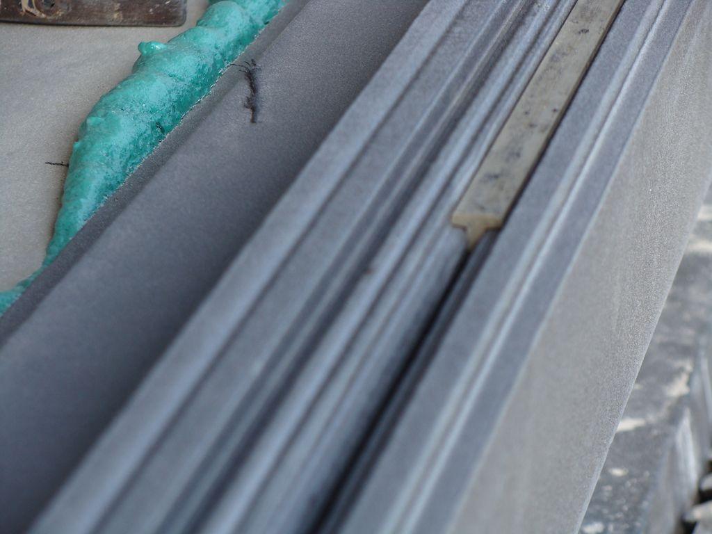 Teownik PVC we wrębie stopy nośnej kształtki ze styropianu XPS