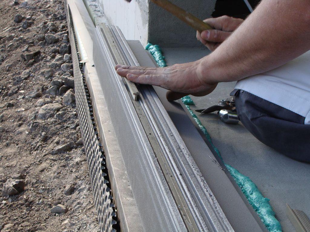 Mocowanie teownika PVC we wrębie stopy nośnej kształtki ze styropianu XPS