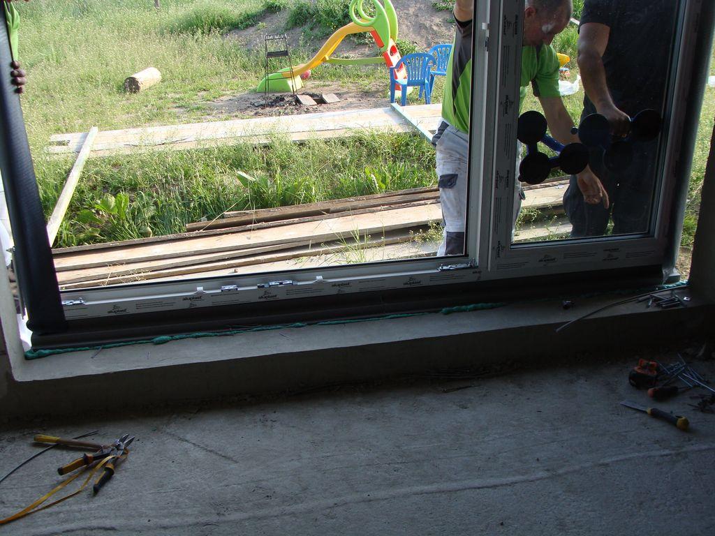 Osadzanie okna na zamocowanej i całkowicie uzbrojonej kształtce ze styropianu XPS
