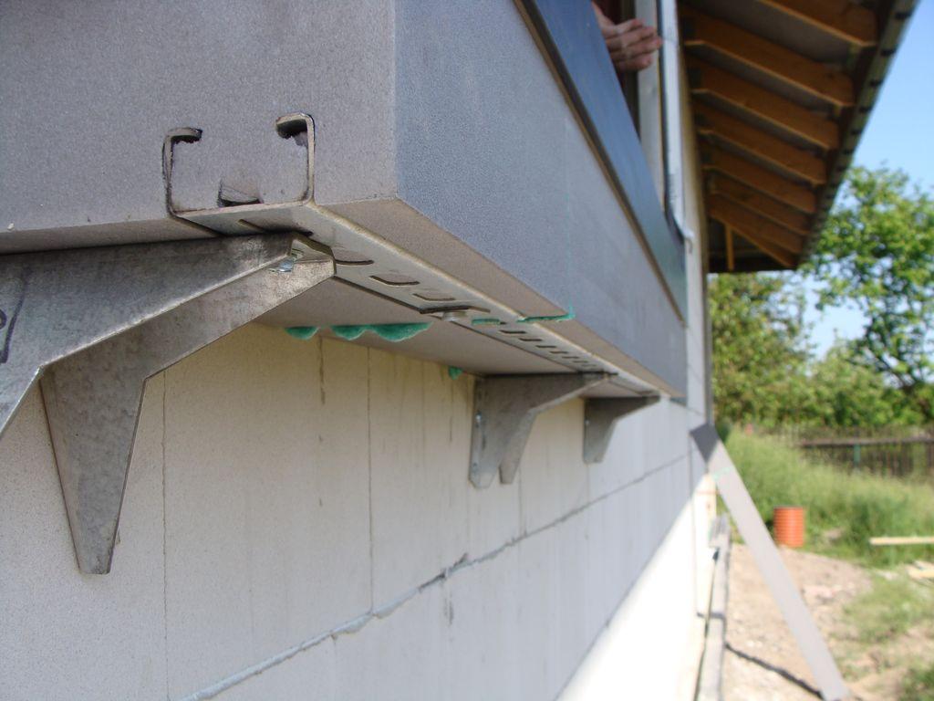 Mocowanie mechaniczne progu okna do szyny konstrukcyjnej kztałtki ze styropianu XPS