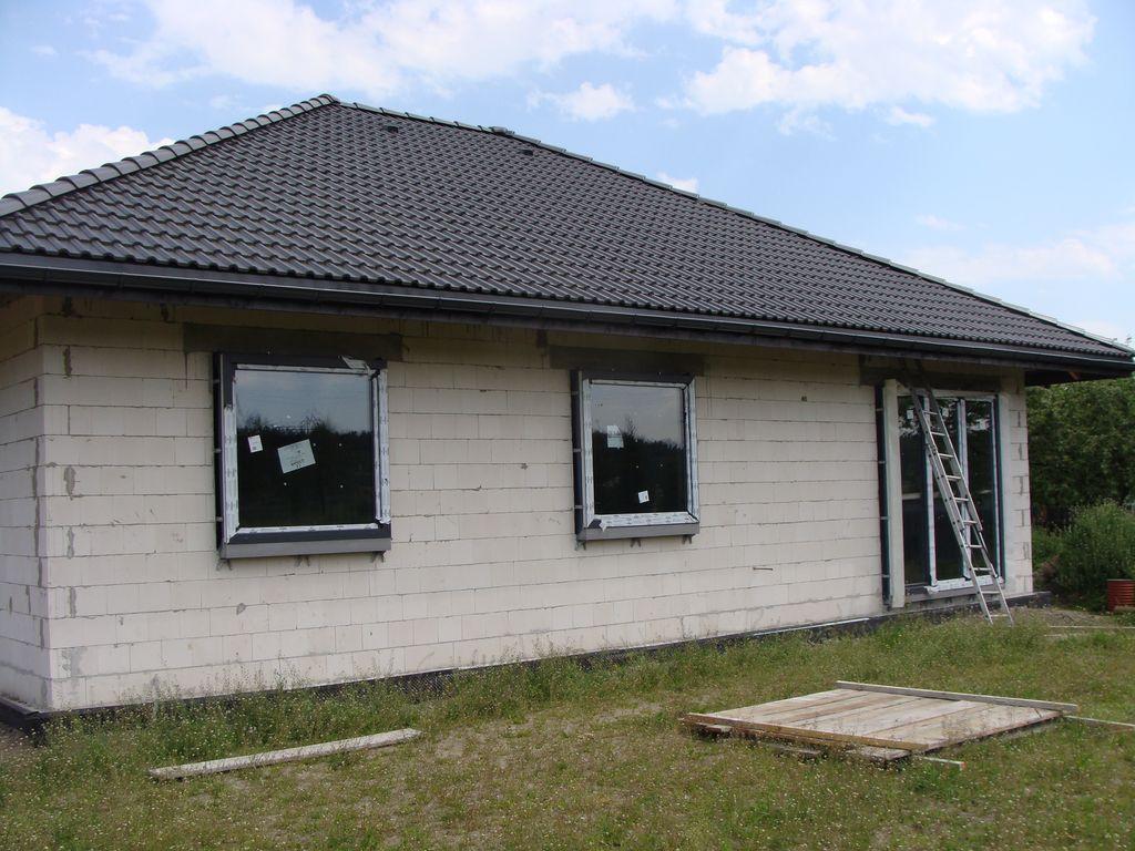 Dom jednorodzinny po zakończeniu mechanicznej części montażu okien na kształtkach ze styropianu XPS