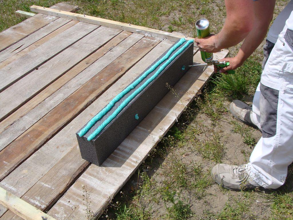 Nakładanie kleju PU 10 na powierzchnie elementów opaski okalającej okna
