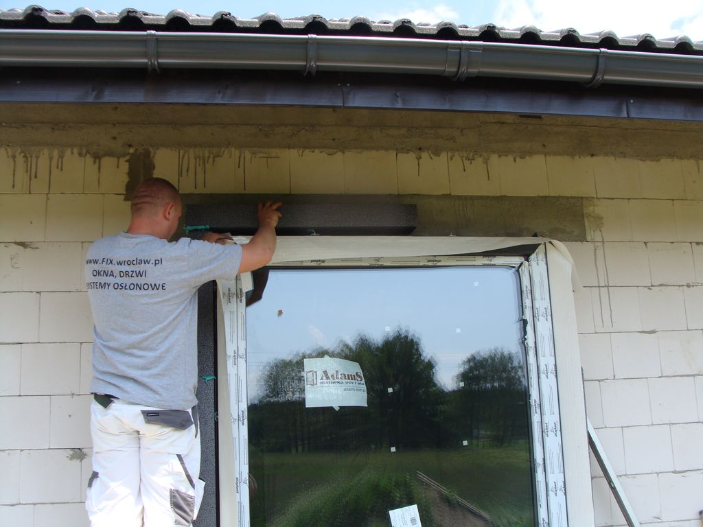 Mocowanie elementów opaski okalającej okna do ściany konstrukcyjnej budynku