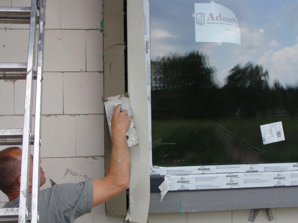 Gruntowanie powierzchni elementów opaski Okalającej okno