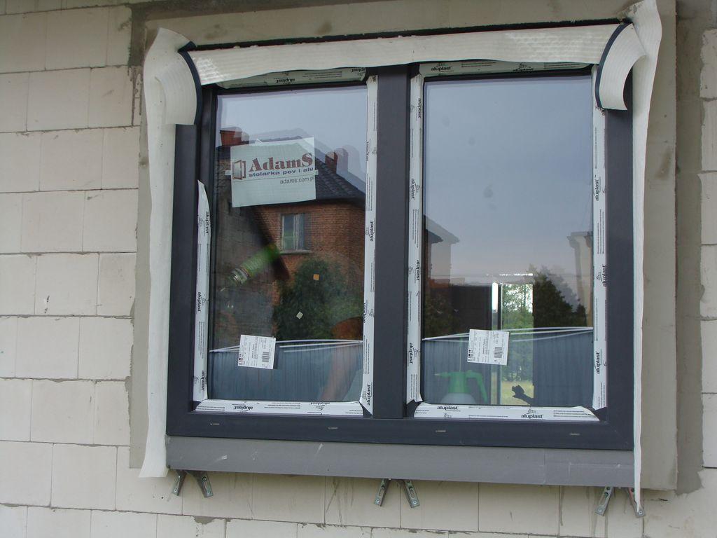 Zagruntowana opaska okalająca okno