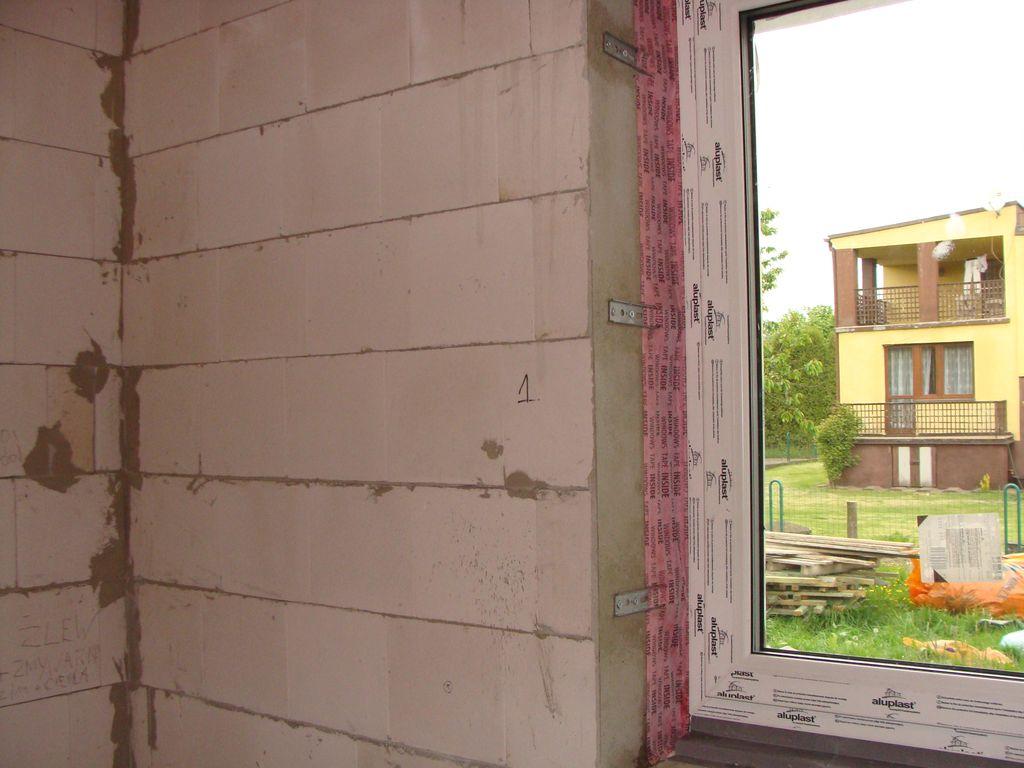 Folia paroizolacyjna przyklejona do ścian ościeża