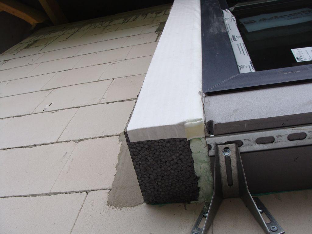 Pianka PU wypełniająca całą głębokość szczeliny dylatacyjnej na styku pionowych i poziomych elementów opaski okalającej okno