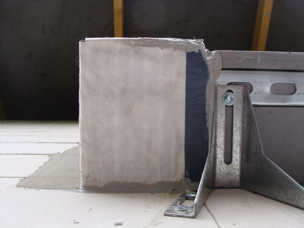 >Sposób zaizolowania warstwy pianki PU w styku pionowych i poziomych elementów opaski okalającej okno