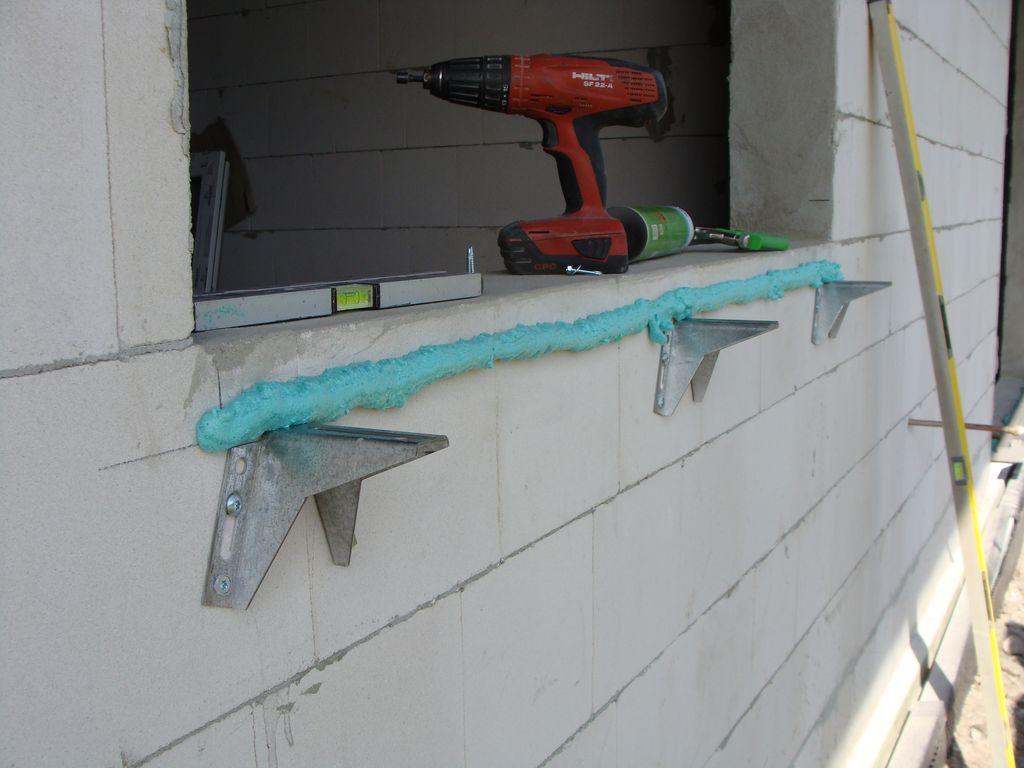 Klej PU 10 mocujący kształtkę ze styropianu XPS do ściany budynku