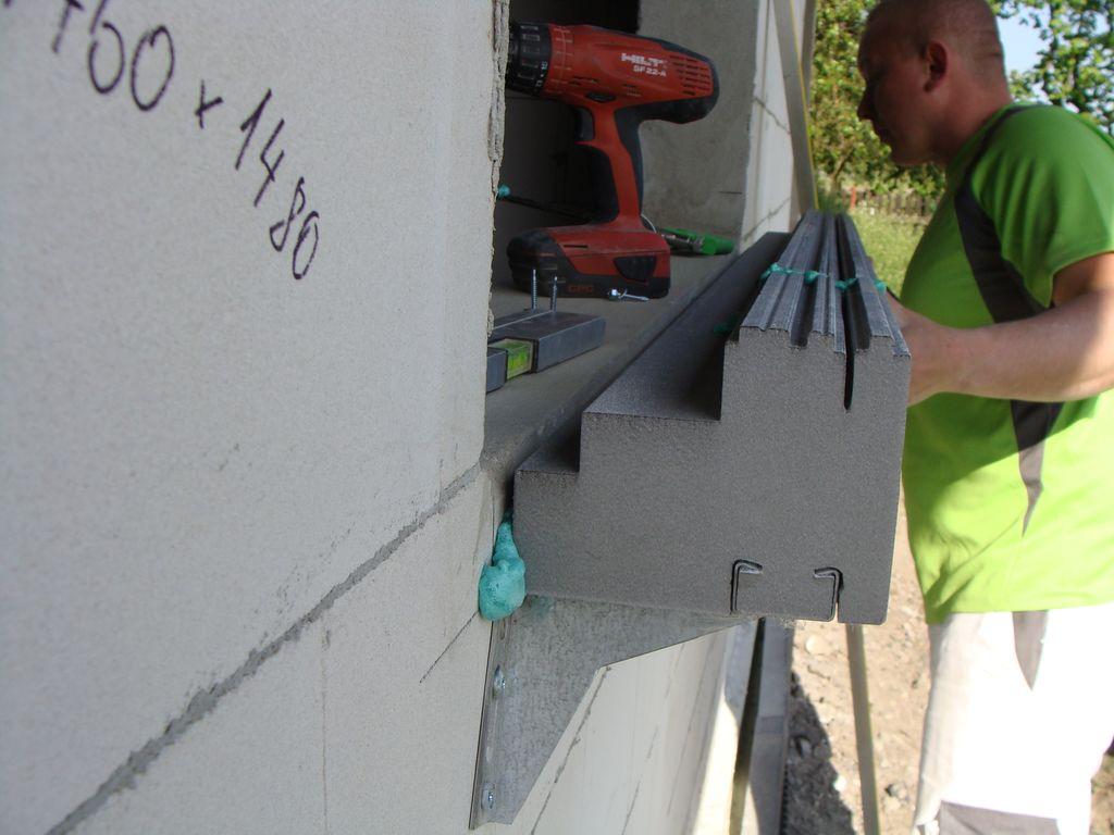 Mocowani kształtki ze styropianu XPS do< ściany budynku ściany budynku z użyciem kleju PU 10