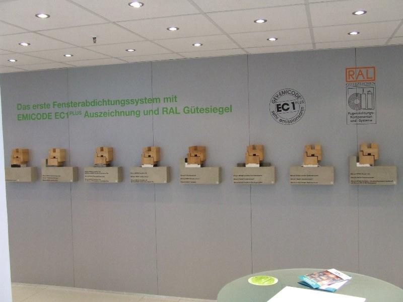 Przykładowe sposoby uszczelnień połączenia okna z ościeżem na stoisku firmy tremco illbruck. Targi BAU 2013 w Monachium