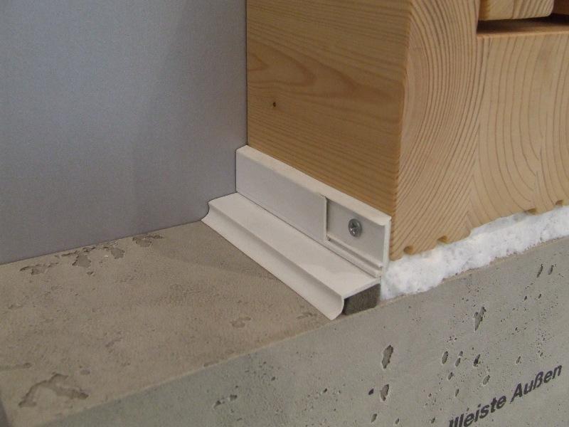 Uszczelnienie połączenia okna z ościeżem przy użyciu listew z taśmą rozprężną oraz pianki PU. Detal strona zewnętrzna.