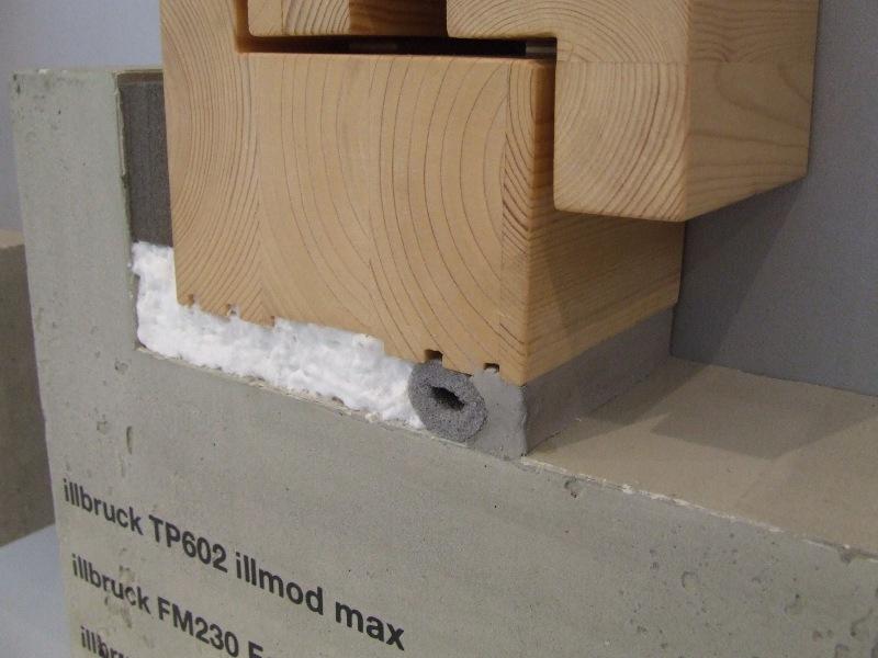 Uszczelnienie połączenia okna z ościeżem przy użyciu uszczelniacza, sznura PE, pianki PU oraz taśmy rozprężnej. Detal strona wewnętrzna.
