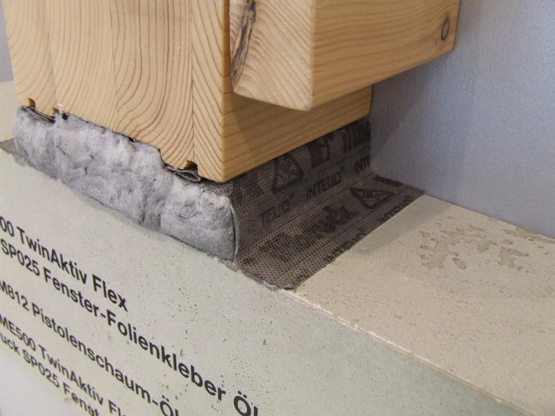 Uszczelnienie połączenia okna z ościeżem przy użyciu folii okiennych Duo i pianki PU. Detal, strona wewnętrzna.