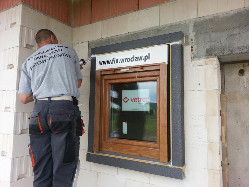 Montaż okien z roletami nadstawnymi w systemie MOWO - firma FIX