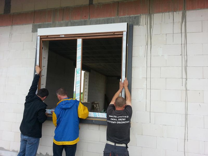Osadzanie okna z roletą nadstawną w ramie MOWO - firma FIX