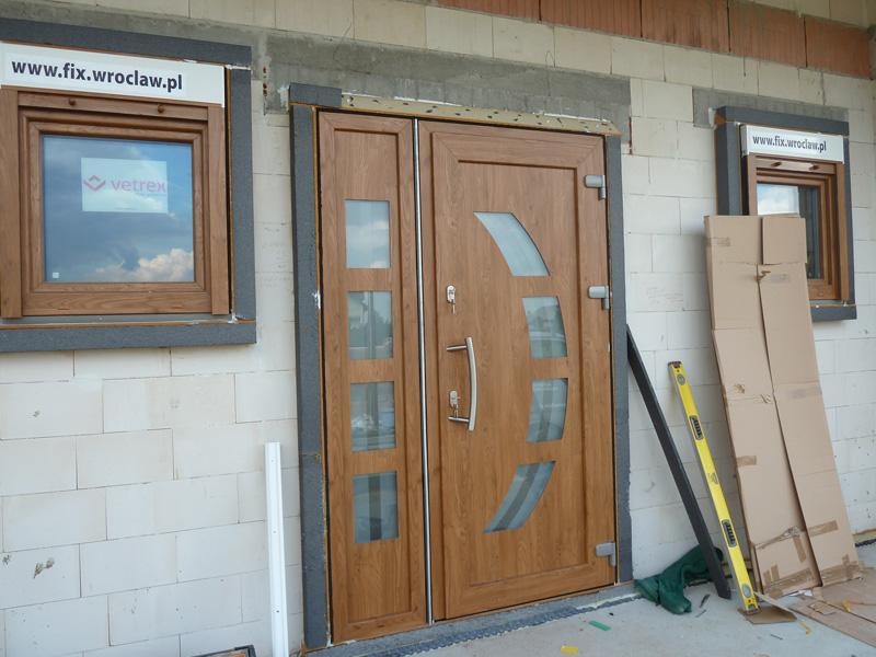 Drzwi wejściowe zamontowane w systemie MOWO - firma FIX
