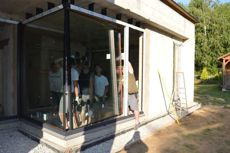 Montaż szyb glass cornera łączonych na step