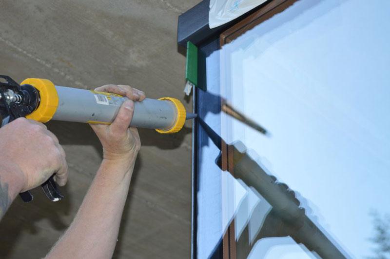 Aplikacja kleju mocującego i uszczelniającego połączenie szyb na step glass cornera od strony zewnętrznej