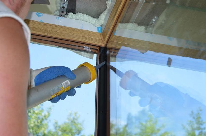 Aplikacja kleju mocującego i uszczelniającego połączenie szyb na step glass cornera od strony wewnętrznej