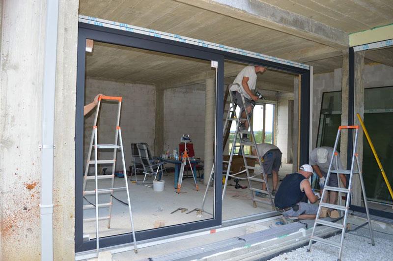 Montaż drzwi balkonowych unoszono-przesuwnych HST jako elementu zestawu okien narożnych z glass cornerem