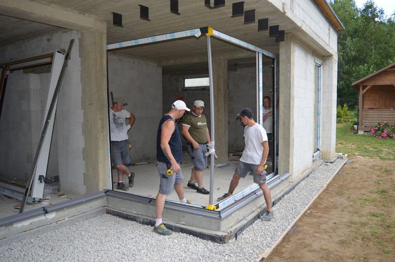 Montaż konstrukcji ościeżnic PVC-U glass cornera