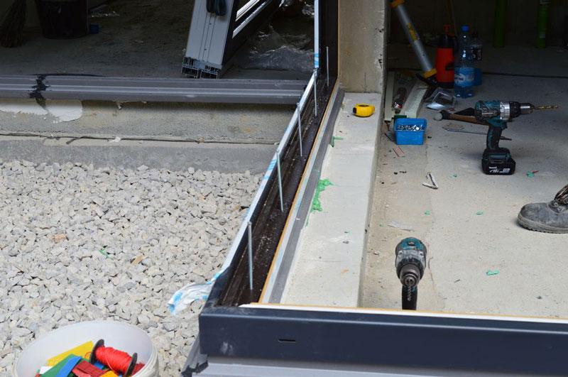 Mocowanie mechaniczne progu konstrukcji ościeżnic glass cornera