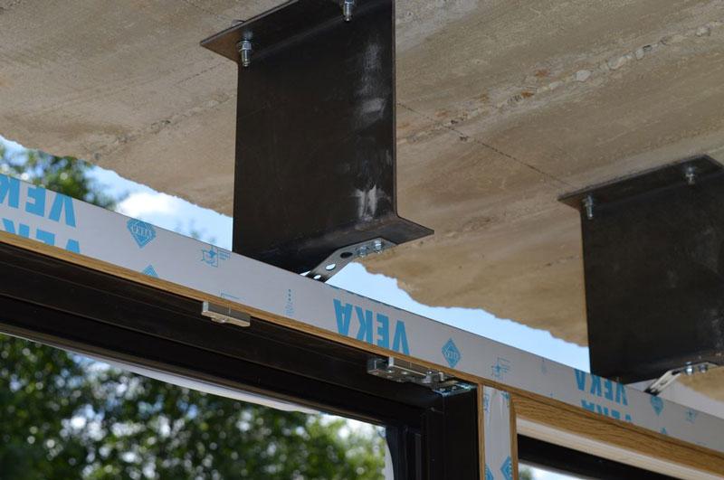 Mocowanie mechaniczne nadproża konstrukcji ościeżnic glass cornera