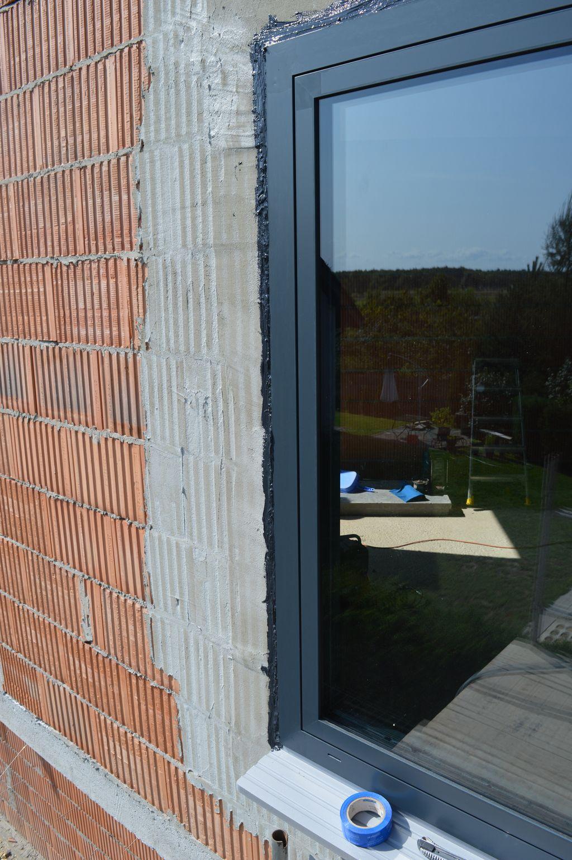 Okno aluminiowe Aluprof MB-86 Si zamontowane w ościeży z pustaka ceramicznego z widocznym uszczelnieniem zewnętrznym z powłoki SP 925.