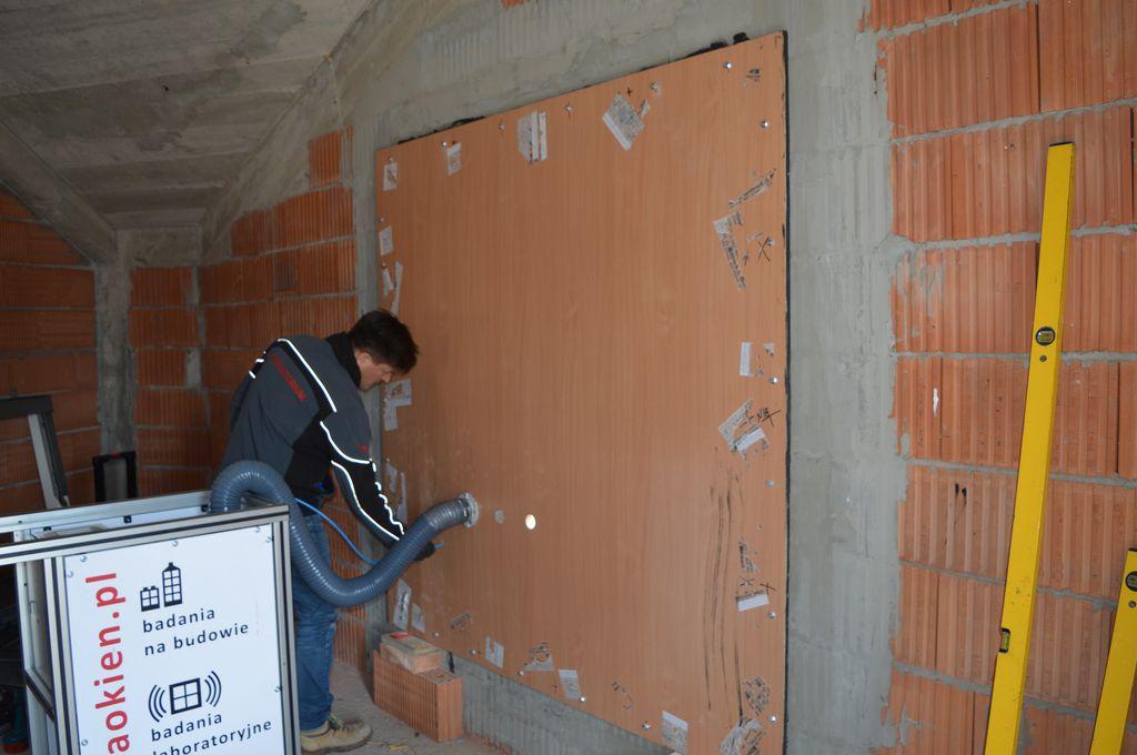 Przygotowanie improwizowanej komory ciśnieniowej do badania przepuszczalności powietrza przez połączenia okna z ościeżem.