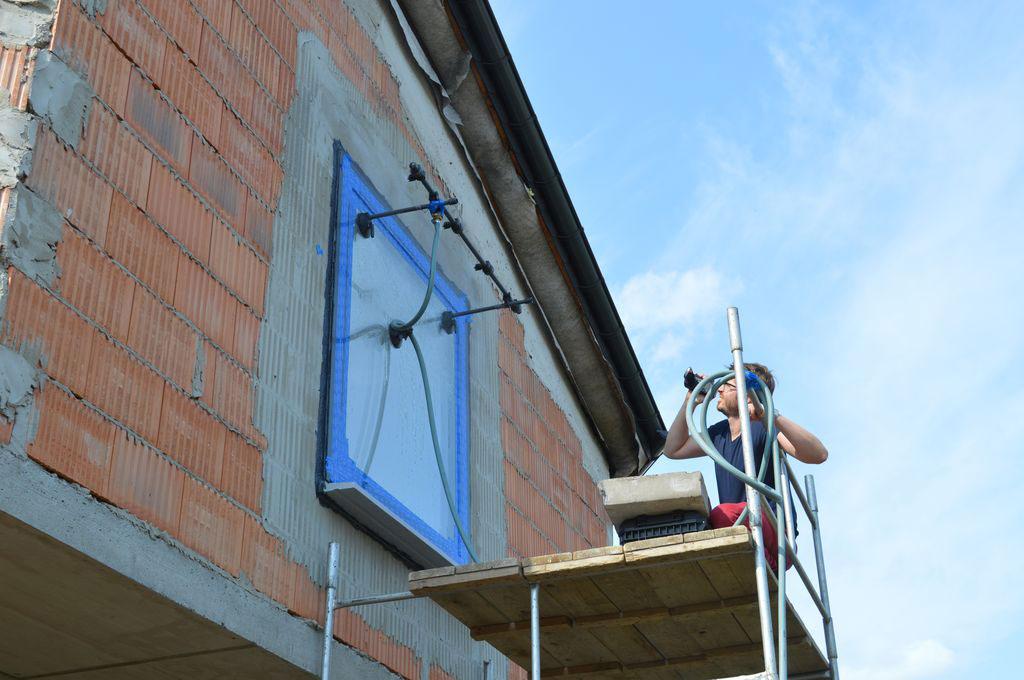 Badanie wodoszczelności połączenia okna z ościeżem.