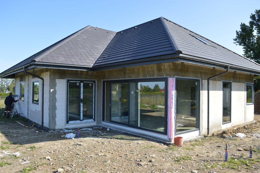 Budynek jednorodzinny – ściany konstrukcyjne z betonu komórkowego, okna Vetrex V90+