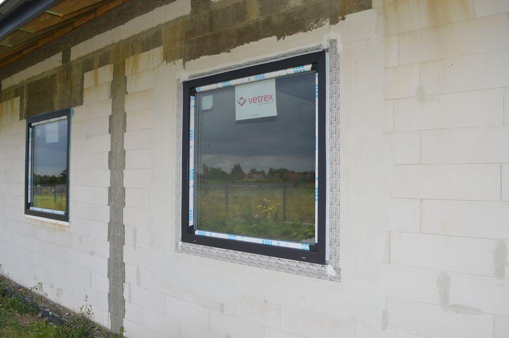 Okno jednoskrzydłowe Vetrex V90+ przygotowane do badania szczelności montażu – uszczelnienie zewnętrzne