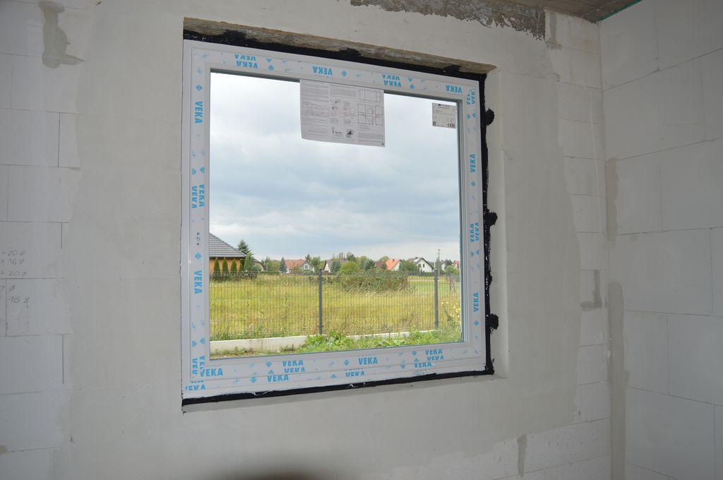 Okno jednoskrzydłowe Vetrex V90+ przygotowane do badania szczelności montażu – uszczelnienie wewnętrzne