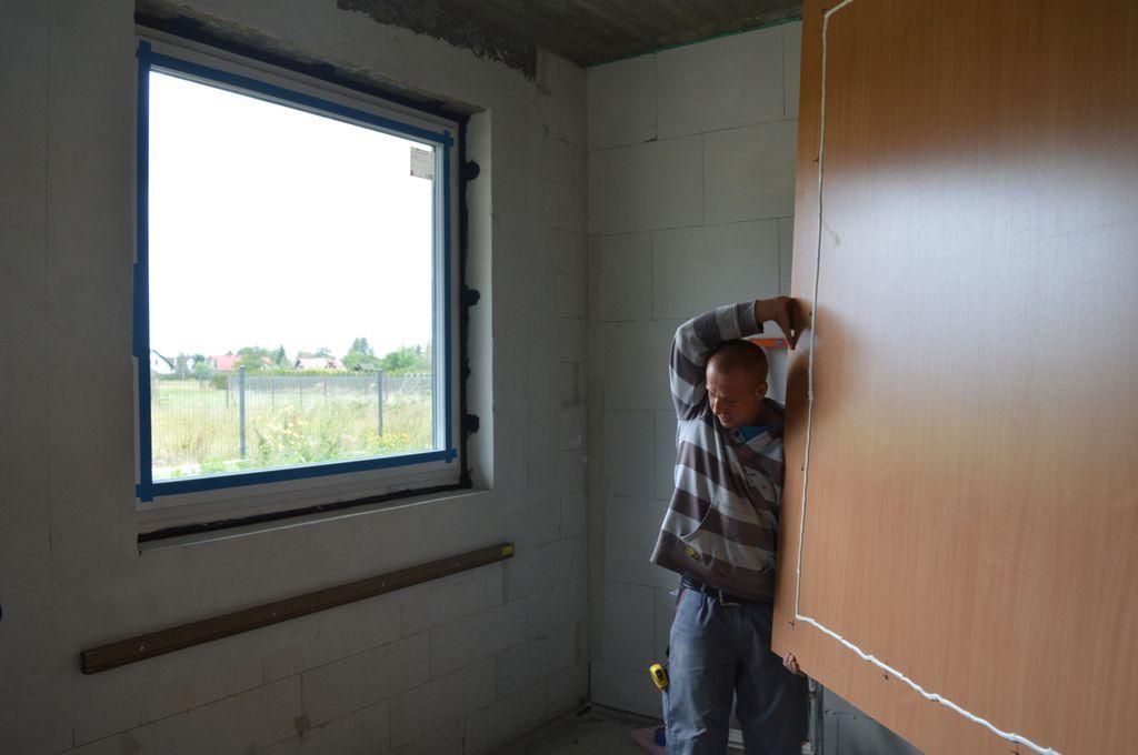 Przygotowanie improwizowanej komory ciśnieniowej do badań szczelności montażu na placu budowy