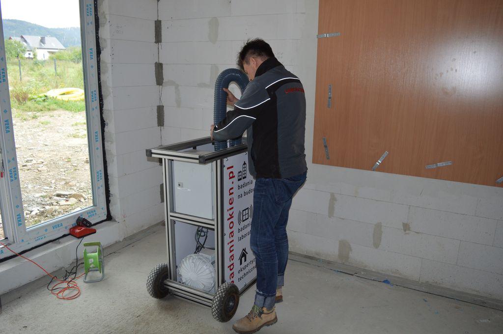 Przygotowanie aparatury pomiarowej do badań szczelności montażu na placu budowy