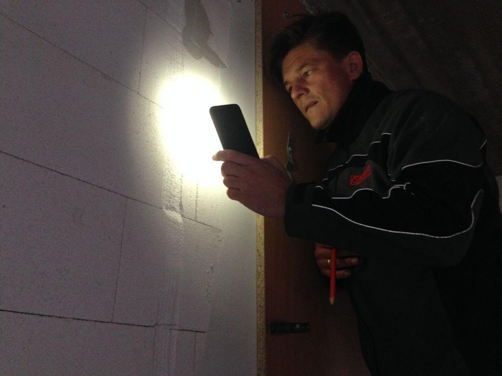 Ustalanie i eliminacja źródeł przecieków i infiltracji powietrza przez ścianę z betonu komórkowego podczas badania szczelności montażu na placu budowy