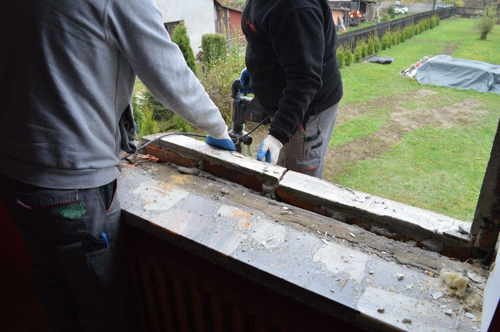 10. Demontaż elementów zewnętrznej wylewki podparapetowej charakterystycznej dla drewnianych okien skrzyniowych